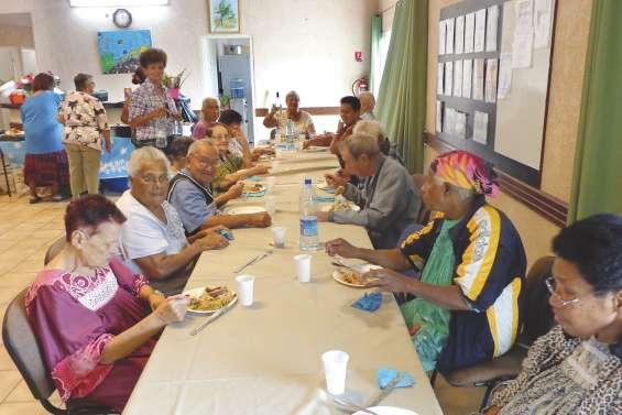 Les anciens autour de la table