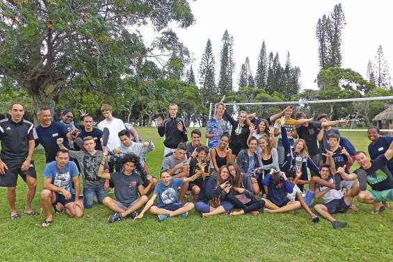 Des adolescents découvrent  l'île des Pins grâce au sport