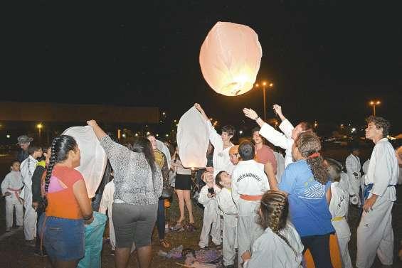 Les lanternes ont remplacé le feu d'artifice dans le ciel de Bourail