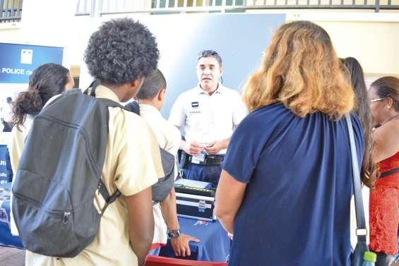 Au Dock, les jeunes s'informent sur  les métiers de l'armée et de la sécurité