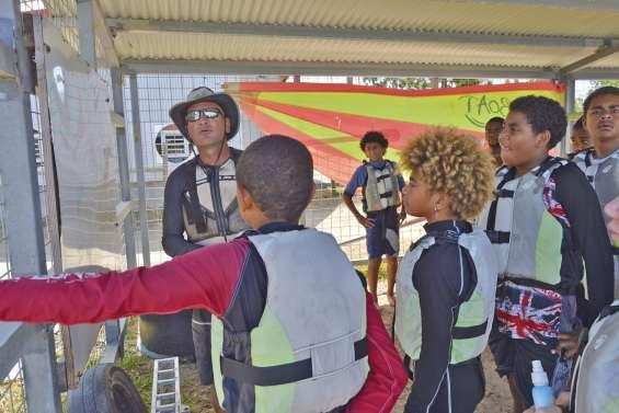 Des jeunes de Ouégoa glissent à Foué