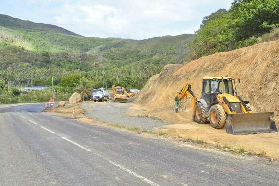 Les accès au pont de grand  Kokingone en construction