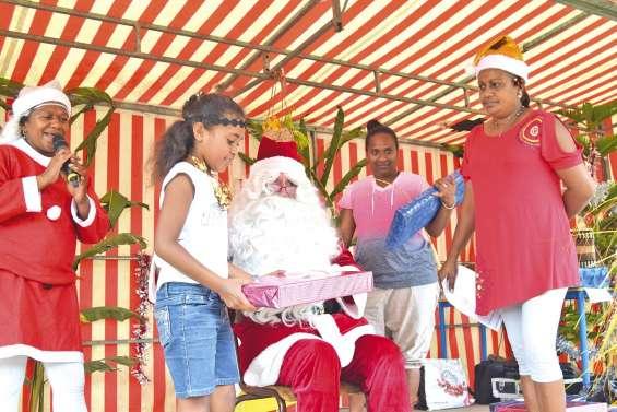 Le père Noël de passage à l'école de Saint-Louis