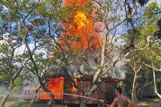 Des bungalows en feu au Sheraton Deva