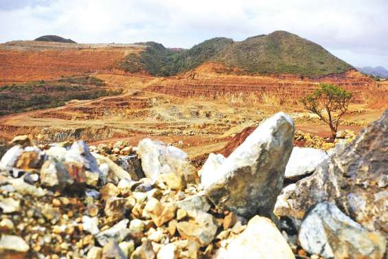 Véhicules et locaux dégradés à la mine Ballande de Nakéty