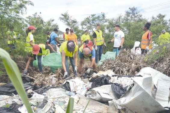 Des salariés du privé participent au nettoyage de la jetée