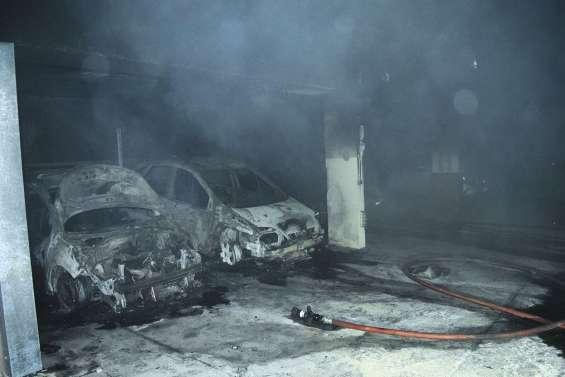 Des voitures en feu et un immeuble inhabitable au Quartier-Latin