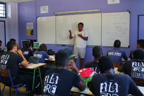 Le Théâtre de l'Île dans  les classes de Petro-Attiti