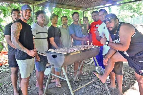Les rugbymen vendent des  brochettes pour leur voyage