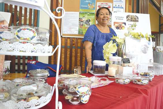 Sabinah au marché de Boulari avec ses délices brésiliens