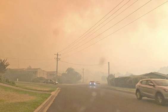 Maisons et bétail pris au piège des flammes
