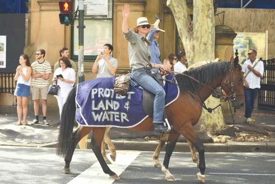 A pied et à cheval, ils manifestent pour l'énergie durable