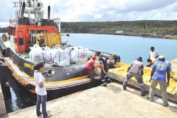 Les déchets liés à la pollution quittent l'île