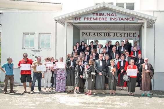 La justice se rassemble et proteste