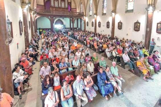 Des milliers de fidèles célèbrent Pâques