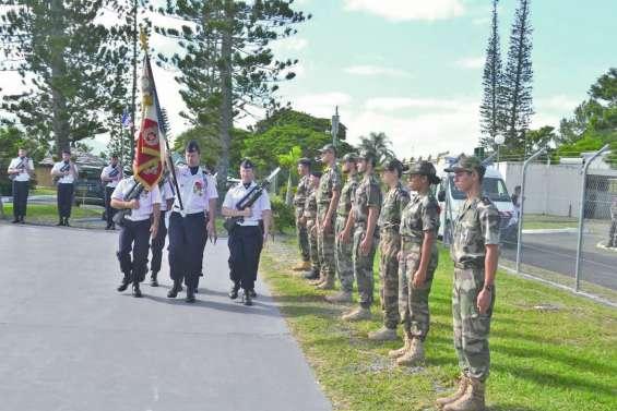 Six jeunes réservistes présentés au drapeau à la base aérienne