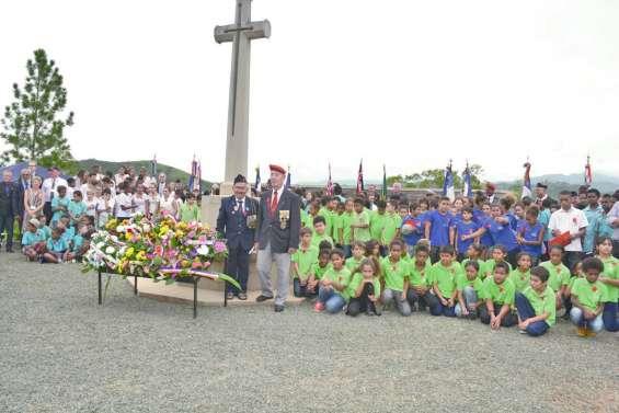 Jeunes et anciens commémorent ensemble l'Anzac Day