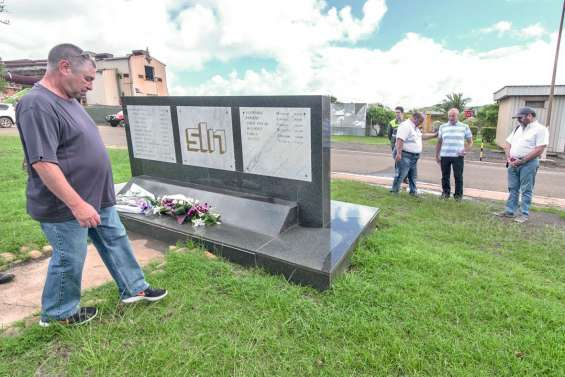 Une gerbe en mémoire des victimes du nickel