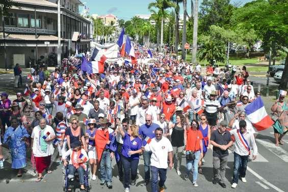 Des milliers de partisans de la Calédonie française envoient un message à Macron