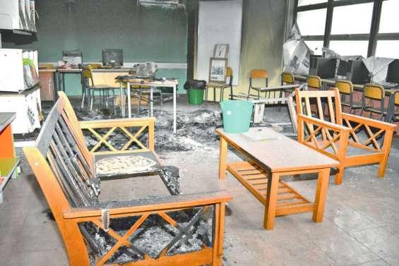 Encore un bâtiment du lycée Père-Guéneau brûlé