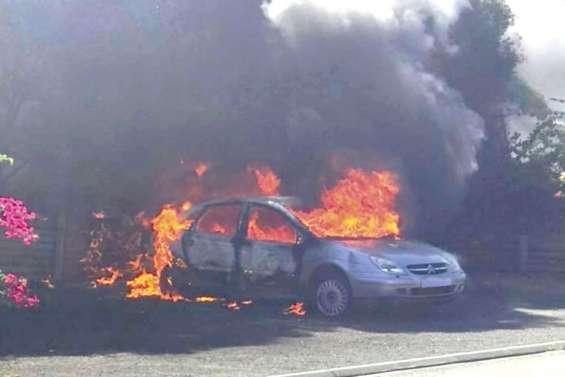 Une voiture en feu  en plein village  de Pouembout