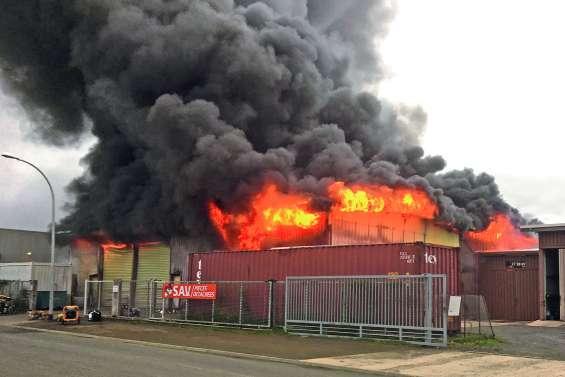 Un entrepôt de 600 m2 dévasté  par les flammes à Ducos