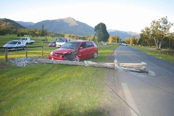 Une voiture percute  un poteau électrique route de la Couvelée