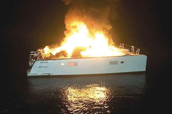 Ils s'échappent de leur bateau en flammes