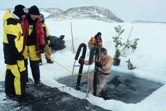 Un bain glacé en Antarctique pour fêter le solstice