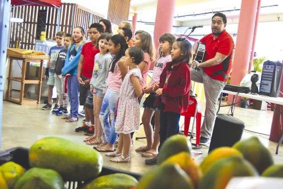 Les chants des enfants ont égayé  le marché municipal