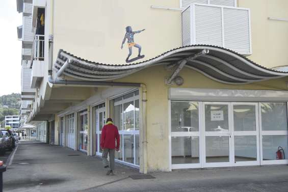 Des enfants de papier grimpent  aux murs des résidences de Boulari