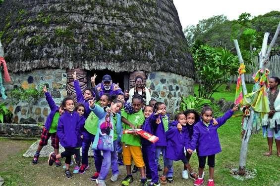 Les écoliers de Sarraméa  en visite au centre Tjibaou