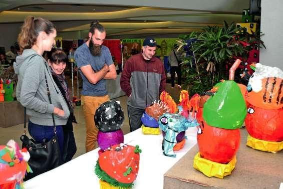 Tour du monde des coiffes et des costumes en une expo