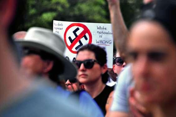 Une poignée de néonazis défilent à Washington
