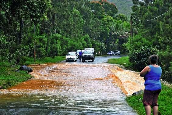 La RT1 coupée par les pluies au nord de Koumac