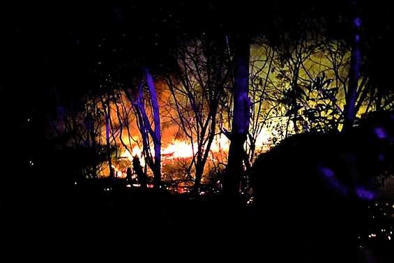 Des maisons menacées par  le feu à Népoui