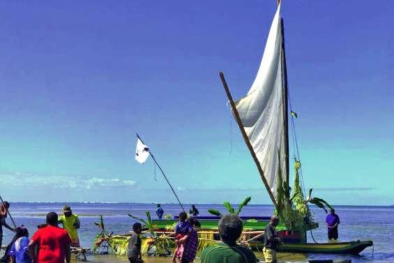 La pirogue des jeunes de Goro a pris la mer