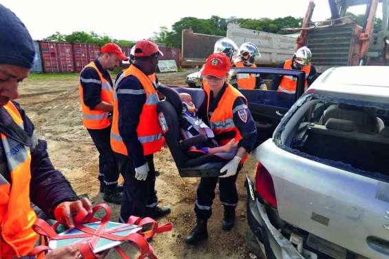 Pompiers et services médicaux s'entraînent ensemble