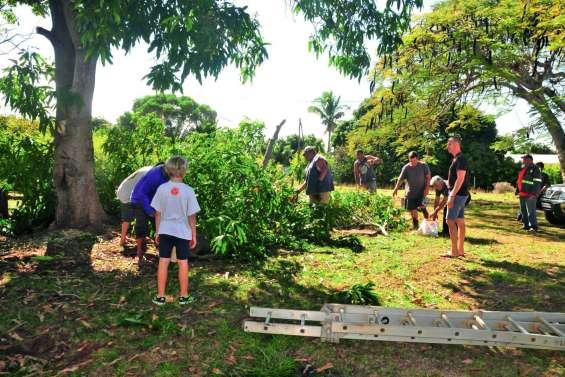 Des bénévoles ont nettoyé les abords de l'infirmerie de Népoui