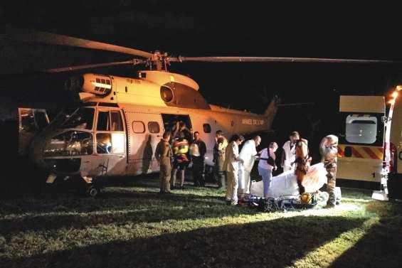 L'hélicoptère Puma et une équipe médicale sauvent une touriste en croisière
