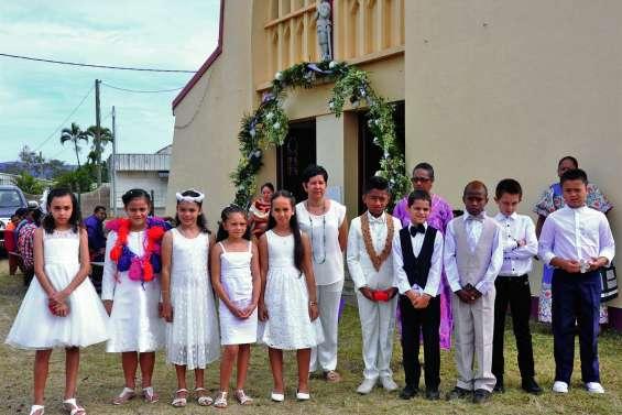 Leur première communion après trois jours de retraite