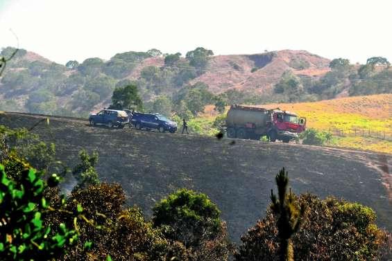 Un incendie à Poya oblige  les gendarmes à fermer la RT1