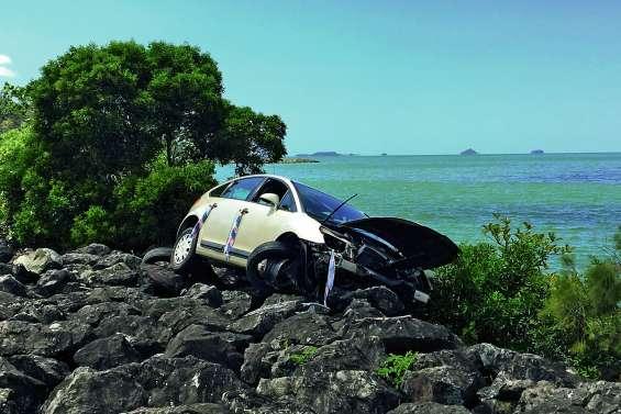 Une voiture abandonnée en bord de mer