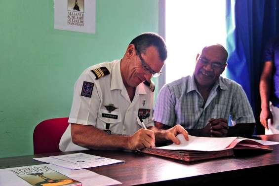 L'armée et l'alliance scolaire de l'église évangélique s'unissent