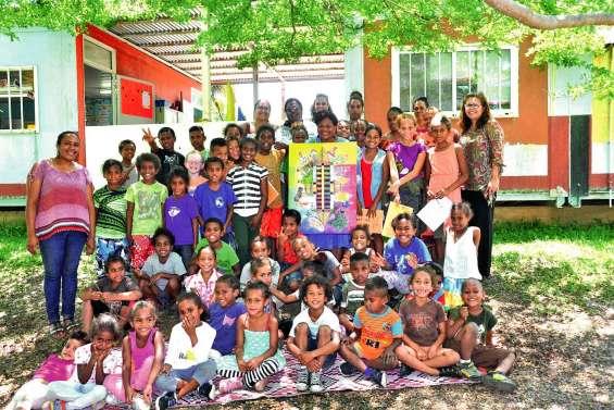 A Arama, artiste et écoliers échangent sur le chemin kanak