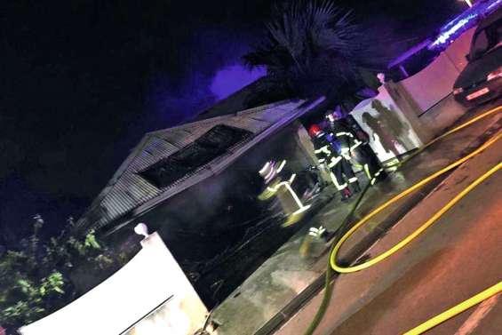 Une maison détruite par  un incendie à Tina