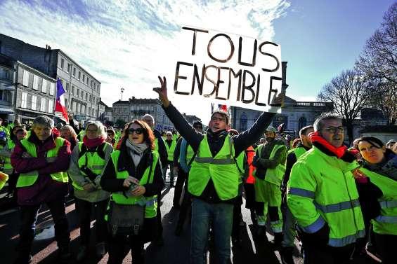 Macron veut aider « les fins de mois » difficiles mais maintient le cap