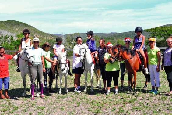 Les enfants de Clis  à la découverte du poney