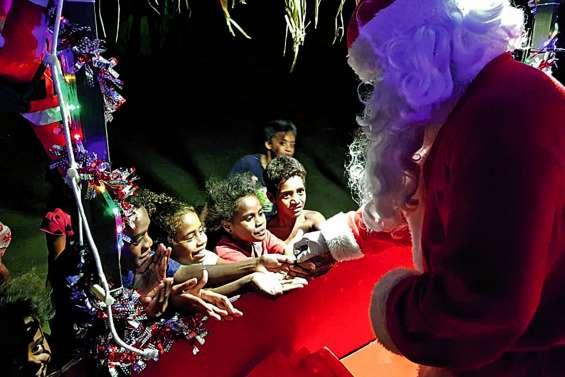 Le père Noël se la joue rock star dans les quartiers tous les soirs