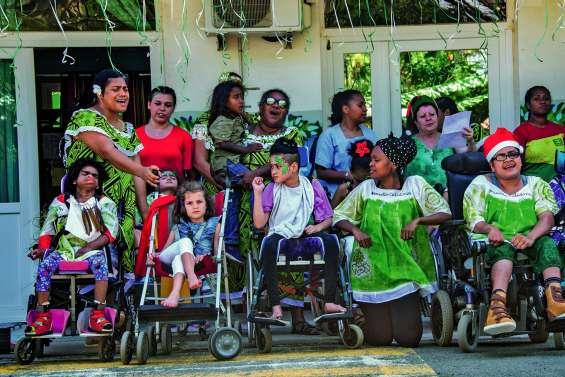 Le père Noël distribue ses cadeaux aux enfants polyhandicapés du Cajeda